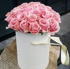 Розовые розы в коробочке